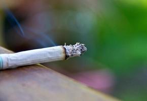um cigarro na mesa de madeira foto
