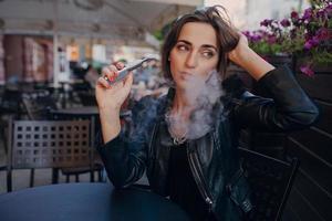 cigarro eletrônico de fumaça morena linda glamourosa foto