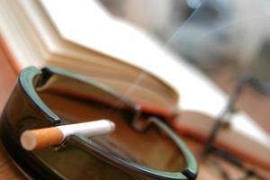 cigarro no cinzeiro - close-up