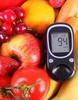 glicosímetro com frutas e legumes, nutrição saudável, diabetes