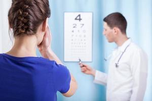 jovem oftalmologista realiza exame oftalmológico