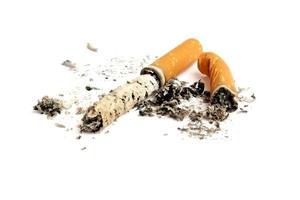 bitucas de cigarro com cinza isolado no fundo branco foto