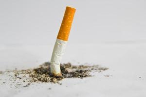 cigarros consumidos em fundo branco foto