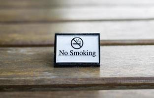 sinal de proibido fumar branco exibido foto