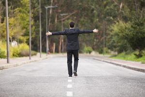empresário andando na linha da estrada foto
