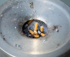 bituca de cigarro no cinzeiro foto