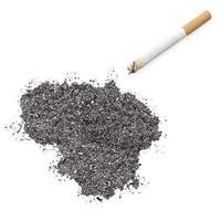 cinzas em forma de lituânia e um cigarro. (série) foto