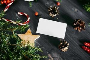 cartão de visita em branco sobre um fundo de madeira de natal