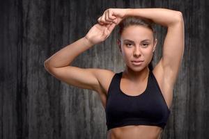 close-up de mulher desportiva de raça mista, levantando os braços foto