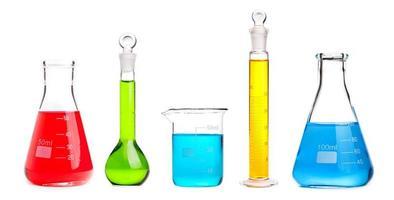 balão de química com líquido vermelho foto