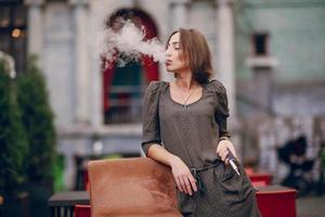 menina com cigarro foto
