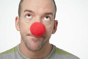 homem vestindo nariz de palhaço foto