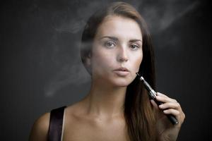 cigarro de fumo de mulher elegante com fumaça