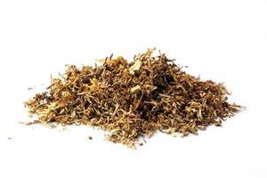 pequena pilha de tabaco a granel, isolado em um fundo branco foto