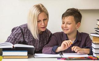 pré-escolar lições envolvidas com tutor. foto