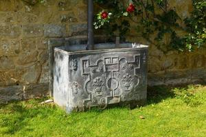 Bacia de água do século XVIII para coletar água de drenagem foto