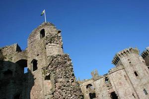 céu azul brilhante sobre o castelo raglan foto
