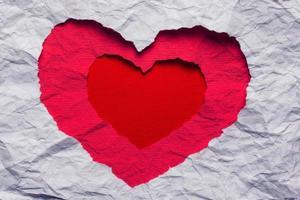 papel rasgado branco no símbolo de forma de coração