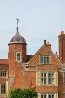 edifício de tijolo tudor com torre foto