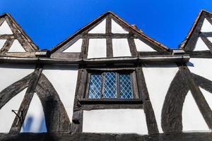 fachada de casa emoldurada em madeira