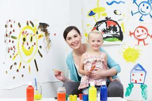 professor e aluno na aula de arte pré-escolar foto
