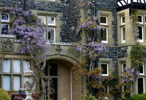 tudor style house gardens gales do norte uk foto