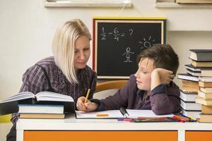 aluno durante a lição de casa com a ajuda de um tutor. foto