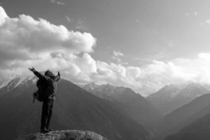escalada jovem adulto no topo do cume foto