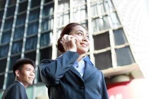 retrato do jovem empresário e mulher de negócios foto