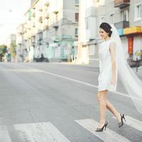 jovem morena noiva com véu andando pela rua