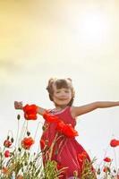 menina com flores foto