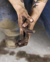 mãos sujas de trabalho gordurosas da jovem mulher