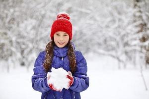 garota no inverno. adolescente ao ar livre foto