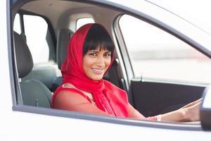 motorista mulher indiana dentro de um carro foto