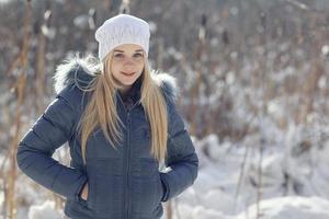 retrato de inverno de uma adolescente loira bonita foto