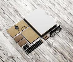 conjunto de elementos de identidade em fundo branco de madeira foto