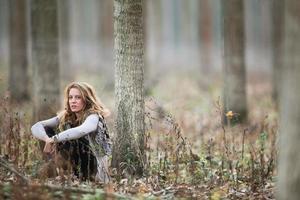 jovem mulher na floresta