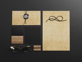 conjunto de elementos de identidade em fundo preto papel foto