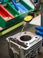 inspeção de operador de peças automotivas de alto calibre foto
