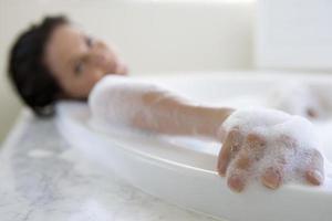 jovem mulher no banho de espuma, retrato foto