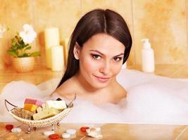 mulher tomar banho de espuma.