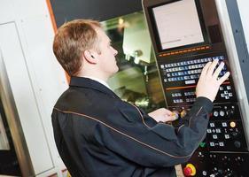 engenheiro programador com máquina para trabalhar metais foto