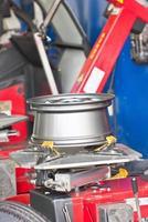 máquina de montagem de pneus de perto foto