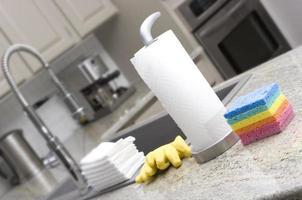 equipamentos de limpeza na cozinha doméstica foto