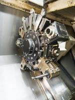 processo de usinagem de trabalho em metal industrial no torno cnc