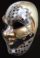 máscara veneziana em um fundo escuro