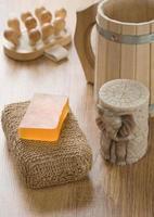 acessórios de banho em fundo de madeira foto