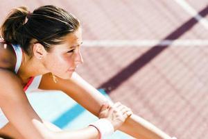bela jovem atlética, estendendo-se no verão foto