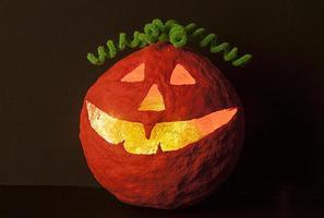 abóbora de halloween com decoração de cabelo verde