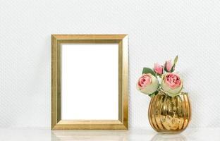 imagem mock up com moldura dourada e flores. interior vintage